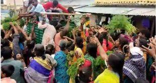 ತುಮಕೂರು: ಪುಕ್ಕಟೆ ಕೊತ್ತಂಬರಿ ಸೊಪ್ಪಿಗೆ ಮುಗಿಬಿದ್ದ ಜನರು