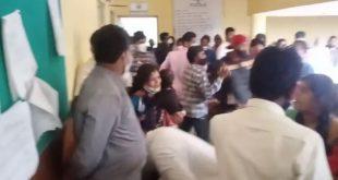 ವಿಧವಾ ಮಾಸಾಶನಕ್ಕಾಗಿ ಕಚೇರಿಗೆ ಬಂದಿದ್ದ ಮಹಿಳೆಗೆ ಮರ್ಮಾಂಗ ತೋರಿಸಿದ ಗ್ರೇಡ್ 2 ತಹಸಿಲ್ದಾರ ಸಾರ್ವಜನಿಕರಿಂದ ಒದೆ